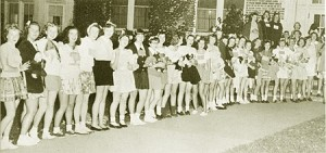Women students, many clutching teddy bears, await the arrival of the Pied Piper in 1948. Photo from the 1949 Nutmeg Yearbook.